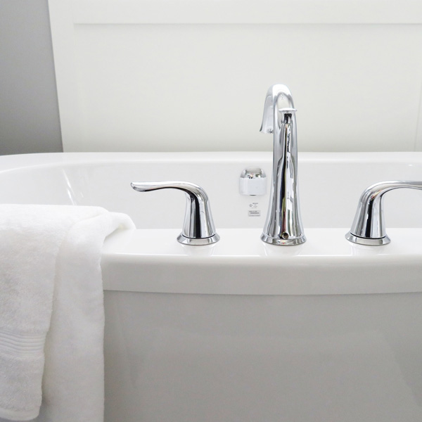 מיבש מגבות סמוי בחדר האמבטיה