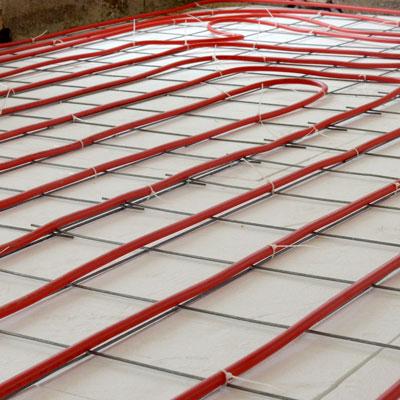 פריסה מתחת לרצפה של מערכת החימום מבוססת משאבת חום