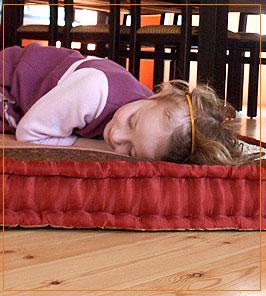 ילדה ישנה על רצפה מחוממת- מעלות מערכות חימום
