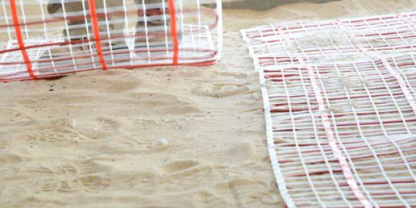 פריסה של רשתות החימום התת רצפתי על חול מבודד