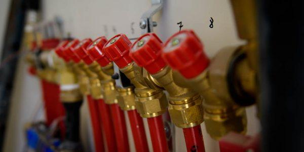 מערכת הפיקוד, של צינורות המים במערכת חימום תת רצפתי של מעלות